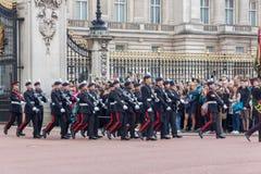 ΛΟΝΔΙΝΟ, ΑΓΓΛΙΑ - 17 ΙΟΥΝΊΟΥ 2016: Οι βρετανικές βασιλικές φρουρές εκτελούν την αλλαγή της φρουράς στο Buckingham Palace, Λονδίνο στοκ φωτογραφίες με δικαίωμα ελεύθερης χρήσης