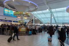 ΛΟΝΔΙΝΟ, ΑΓΓΛΙΑ - 29 ΣΕΠΤΕΜΒΡΊΟΥ 2017: Η περιοχή αναχώρησης ελέγχου αερολιμένων της Luton με ψωνίζει duty free Λονδίνο, Αγγλία, Η Στοκ Φωτογραφία