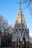 ΛΟΝΔΙΝΟ - 9 ΔΕΚΕΜΒΡΊΟΥ: Αναμνηστική πηγή Buxton στον πύργο Gard Βικτώριας Στοκ Εικόνες