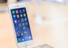 ΛΟΝΔΙΝΟ - 2 ΙΟΥΛΊΟΥ 2015: Apps iOS λειτουργικών συστημάτων στο Α Στοκ Εικόνες
