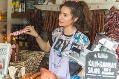 ΛΟΝΔΙΝΟ - 12 ΙΟΥΝΊΟΥ 2015: Σπιτική φραντζόλα κρέατος (λουκάνικο) στην αγορά της Κυριακής των οργανικών αγροτών Αγορά δήμων στις 1 Στοκ Φωτογραφία