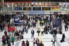 ΛΟΝΔΙΝΟ, ΛΟΝΔΙΝΟ, UK - 12 ΣΕΠΤΕΜΒΡΊΟΥ 2015: Σταθμός τρένου οδών του Λίβερπουλ με τα μέρη των ανθρώπων Στοκ εικόνα με δικαίωμα ελεύθερης χρήσης