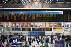 ΛΟΝΔΙΝΟ, ΛΟΝΔΙΝΟ, UK - 12 ΣΕΠΤΕΜΒΡΊΟΥ 2015: Σταθμός τρένου οδών του Λίβερπουλ με τα μέρη των ανθρώπων Στοκ Φωτογραφίες