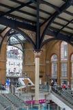ΛΟΝΔΙΝΟ, ΛΟΝΔΙΝΟ, UK - 12 ΣΕΠΤΕΜΒΡΊΟΥ 2015: Σταθμός τρένου οδών του Λίβερπουλ με τα μέρη των ανθρώπων Στοκ φωτογραφία με δικαίωμα ελεύθερης χρήσης