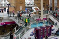 ΛΟΝΔΙΝΟ, ΛΟΝΔΙΝΟ, UK - 12 ΣΕΠΤΕΜΒΡΊΟΥ 2015: Σταθμός τρένου οδών του Λίβερπουλ με τα μέρη των ανθρώπων Στοκ Εικόνα
