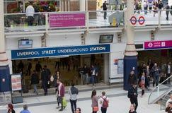 ΛΟΝΔΙΝΟ, ΛΟΝΔΙΝΟ, UK - 12 ΣΕΠΤΕΜΒΡΊΟΥ 2015: Σταθμός τρένου οδών του Λίβερπουλ με τα μέρη των ανθρώπων Στοκ Εικόνες