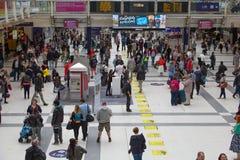 ΛΟΝΔΙΝΟ, ΛΟΝΔΙΝΟ, UK - 12 ΣΕΠΤΕΜΒΡΊΟΥ 2015: Σταθμός τρένου οδών του Λίβερπουλ με τα μέρη των ανθρώπων Στοκ φωτογραφίες με δικαίωμα ελεύθερης χρήσης