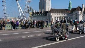 ΛΟΝΔΙΝΟ - 13 ΜΑΡΤΊΟΥ: Νεαροί δικυκλιστές πίσω στη γέφυρα του Γουέστμινστερ στο Λονδίνο στο Μ Στοκ φωτογραφίες με δικαίωμα ελεύθερης χρήσης