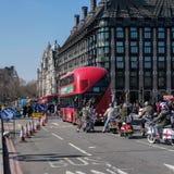 ΛΟΝΔΙΝΟ - 13 ΜΑΡΤΊΟΥ: Νεαροί δικυκλιστές πίσω στη γέφυρα του Γουέστμινστερ στο Λονδίνο στο Μ Στοκ Φωτογραφία