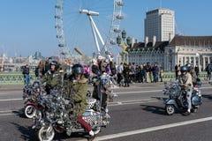 ΛΟΝΔΙΝΟ - 13 ΜΑΡΤΊΟΥ: Νεαροί δικυκλιστές πίσω στη γέφυρα του Γουέστμινστερ στο Λονδίνο στο Μ Στοκ εικόνα με δικαίωμα ελεύθερης χρήσης