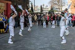 ΛΟΝΔΙΝΟ - 13 ΜΑΡΤΊΟΥ: Χορευτές του Κεντ και του Σάσσεξ Morris που αποδίδουν στο Λ Στοκ Εικόνες