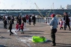 ΛΟΝΔΙΝΟ - 13 ΜΑΡΤΊΟΥ: Bubblemaker στο Southbank του Τάμεση μέσα Στοκ Εικόνες