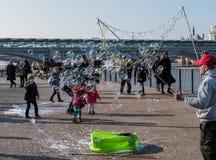 ΛΟΝΔΙΝΟ - 13 ΜΑΡΤΊΟΥ: Bubblemaker στο Southbank του Τάμεση μέσα Στοκ εικόνα με δικαίωμα ελεύθερης χρήσης