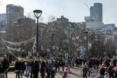 ΛΟΝΔΙΝΟ - 13 ΜΑΡΤΊΟΥ: Bubblemaker στο Southbank του Τάμεση μέσα Στοκ φωτογραφία με δικαίωμα ελεύθερης χρήσης