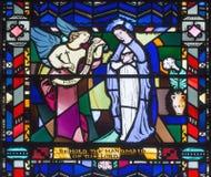 ΛΟΝΔΙΝΟ, ΜΕΓΑΛΗ ΒΡΕΤΑΝΊΑ - 16 ΣΕΠΤΕΜΒΡΊΟΥ 2017: Annunciation στο λεκιασμένο γυαλί στην εκκλησία ST Etheldreda Στοκ Φωτογραφίες