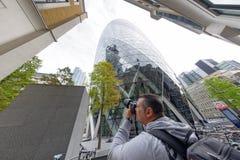 ΛΟΝΔΙΝΟ - 25 ΣΕΠΤΕΜΒΡΊΟΥ 2016: Ο φωτογράφος πυροβολεί τον ουρανό πόλεων του Λονδίνου Στοκ φωτογραφία με δικαίωμα ελεύθερης χρήσης