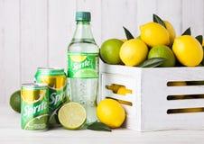 ΛΟΝΔΙΝΟ, UK - 12 ΑΠΡΙΛΊΟΥ 2017: Το μπουκάλι και το αλουμίνιο μπορούν του δαιμονίου να πιουν στο ξύλινο υπόβαθρο με τα λεμόνια και Στοκ Φωτογραφία