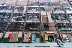 ΛΟΝΔΙΝΟ, UK - 9 ΑΠΡΙΛΊΟΥ 2013: Oxo εξωτερικό αποβαθρών πύργων του Λονδίνου Bargehouse Σπίτι μιας Κοινότητας του σχεδίου Στοκ εικόνα με δικαίωμα ελεύθερης χρήσης