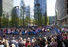 ΛΟΝΔΙΝΟ, UK - 13 Απριλίου 2014 - μαραθώνιος του Λονδίνου στο Canary Wharf aria, ογκώδης αθλητική εκδήλωση για τους επαγγελματίες κ Στοκ Εικόνα