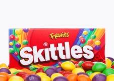 ΛΟΝΔΙΝΟ, UK - 7 ΔΕΚΕΜΒΡΊΟΥ 2017: Skittles πακέτο καραμελών στο λευκό Skittles είναι ένα εμπορικό σήμα αρωματικών των φρούτα γλυκώ Στοκ εικόνα με δικαίωμα ελεύθερης χρήσης