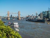 ΛΟΝΔΙΝΟ, UK - 14 ΙΟΥΝΊΟΥ: Άποψη κάτω από τον ποταμό Τάμεσης στο Λονδίνο στο J Στοκ εικόνα με δικαίωμα ελεύθερης χρήσης