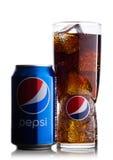 ΛΟΝΔΙΝΟ, UK - 9 ΙΟΥΝΊΟΥ 2017: Το αλουμίνιο μπορεί και γυαλί με τους κύβους πάγου του μη αλκοολούχου ποτού κόλας της Pepsi στο λευ Στοκ Εικόνα