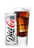 ΛΟΝΔΙΝΟ, UK - 9 ΙΟΥΝΊΟΥ 2017: Το αλουμίνιο μπορεί και ποτήρι του μη αλκοολούχου ποτού κοκ διατροφής στο λευκό Η επιχείρηση της Co Στοκ Εικόνα
