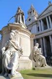 ΛΟΝΔΙΝΟ, UK: Καθεδρικός ναός του ST Paul ` s με το άγαλμα της βασίλισσας Anne στο πρώτο πλάνο Στοκ Φωτογραφία