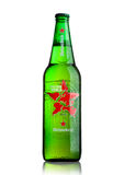 ΛΟΝΔΙΝΟ, UK - 15 ΜΑΐΟΥ 2017: Ένα μπουκάλι της παγκόσμιας έκδοσης μπύρας της Heineken στο λευκό Η Heineken είναι το προϊόν ναυαρχί Στοκ Φωτογραφίες