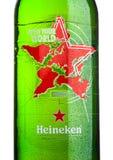 ΛΟΝΔΙΝΟ, UK - 15 ΜΑΐΟΥ 2017: Ένα μπουκάλι της παγκόσμιας έκδοσης μπύρας της Heineken στο λευκό Η Heineken είναι το προϊόν ναυαρχί Στοκ φωτογραφία με δικαίωμα ελεύθερης χρήσης