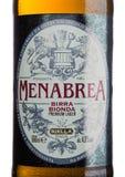 ΛΟΝΔΙΝΟ, UK - 15 ΜΑΐΟΥ 2017: Ετικέτα μπουκαλιών της μπύρας ξανθού γερμανικού ζύού ασφαλίστρου blonda birra Menabrea στο λευκό Ιτα Στοκ Εικόνα
