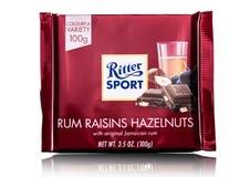 ΛΟΝΔΙΝΟ, UK - 15 ΜΑΐΟΥ 2017: Φραγμός σοκολάτας αθλητικού γάλακτος Ritter με τα φουντούκια ρουμιού raizins στο λευκό Αθλητική σοκο Στοκ εικόνες με δικαίωμα ελεύθερης χρήσης