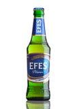 ΛΟΝΔΙΝΟ, UK - 23 ΜΑΡΤΊΟΥ 2017: Μπουκάλι της μπύρας Efes Pilsner στο λευκό Το Efes Pilsener είναι το προϊόν ναυαρχίδων αυτής της ε στοκ εικόνες