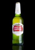 ΛΟΝΔΙΝΟ, UK - 29 ΝΟΕΜΒΡΊΟΥ 2016 το κρύο μπουκάλι της μπύρας της Στέλλα Artois στο μαύρο υπόβαθρο, προεξέχον εμπορικό σήμα anheuse Στοκ εικόνα με δικαίωμα ελεύθερης χρήσης
