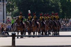 ΛΟΝΔΙΝΟ, UK: τον Ιούλιο του 2015 - αλλαγή της Μεγάλης Βρετανίας των φρουρών μπροστά από το Buckingham Palace Στοκ Φωτογραφίες