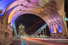Λονδίνο, Αγγλία - νύχτα που πυροβολείται της ζωηρόχρωμης γέφυρας πύργων Στοκ Φωτογραφίες