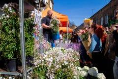 Λονδίνο, Ηνωμένο Βασίλειο - 17 Απριλίου 2015: Αγορά της Κυριακής οδικών λουλουδιών της Κολούμπια Οι έμποροι οδών πωλούν το απόθεμ Στοκ Εικόνες