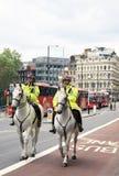 Λονδίνο/Ηνωμένο Βασίλειο - 07/06/2012 - δύο βρετανικοί μητροπολιτικοί αστυνομικοί οδηγώ στην πλάτη αλόγου τον Ιούνιο Στοκ φωτογραφίες με δικαίωμα ελεύθερης χρήσης