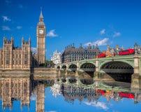 Λονδίνο με τα κόκκινα λεωφορεία ενάντια σε Big Ben στην Αγγλία, UK Στοκ Φωτογραφία