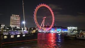 Λονδίνο τή νύχτα με το μάτι του Λονδίνου στο κόκκινο φιλμ μικρού μήκους