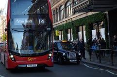 Λονδίνο, ταξί λεωφορείων και Harrods Στοκ Φωτογραφίες