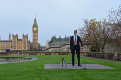 Λονδίνο: Το παγκόσμιο πιό ψηλό άτομο και το κοντύτερο άτομο συναντιούνται στο παγκόσμιο ρεκόρ Guiness Στοκ φωτογραφία με δικαίωμα ελεύθερης χρήσης