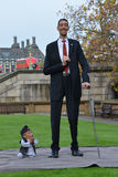 Λονδίνο: Το παγκόσμιο πιό ψηλό άτομο και το κοντύτερο άτομο συναντιούνται στο παγκόσμιο ρεκόρ Guiness Στοκ Εικόνα