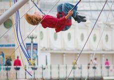 Λονδίνο, UK - 15 Αυγούστου 2010: το νέο αγόρι που κάνει το bungee Στοκ φωτογραφίες με δικαίωμα ελεύθερης χρήσης