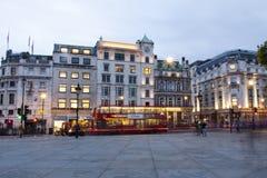Λονδίνο, UK, κυκλοφορία βραδιού πλατειών Τραφάλγκαρ Στοκ Εικόνες