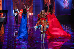 ΛΟΝΔΙΝΟ, ΑΓΓΛΙΑ - 2 ΔΕΚΕΜΒΡΊΟΥ: Οι ΕΔ Sheeran εκτελούν καθώς η πρότυπη Kate Grigorieva περπατά το διάδρομο Στοκ Εικόνα