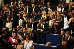 ΛΟΝΔΙΝΟ, ΑΓΓΛΙΑ - 2 ΔΕΚΕΜΒΡΊΟΥ: Οι φιλοξενούμενοι παρευρίσκονται στη πρώτη γραμμή επιδείξεων μόδας της Victoria's Secret του 2014 Στοκ φωτογραφία με δικαίωμα ελεύθερης χρήσης