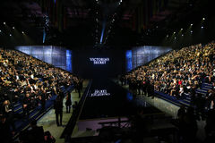 ΛΟΝΔΙΝΟ, ΑΓΓΛΙΑ - 2 ΔΕΚΕΜΒΡΊΟΥ: Οι φιλοξενούμενοι παρευρίσκονται στη πρώτη γραμμή επιδείξεων μόδας της Victoria's Secret του 2014 Στοκ Εικόνες