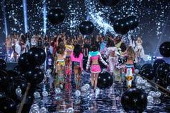 ΛΟΝΔΙΝΟ, ΑΓΓΛΙΑ - 2 ΔΕΚΕΜΒΡΊΟΥ: Πρότυπα κατά τη διάρκεια του 2014 ΕΝΑΝΤΙΟΝ του φινάλε επιδείξεων μόδας Στοκ Εικόνες