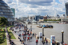 ΛΟΝΔΙΝΟ, UK - 22 ΑΥΓΟΎΣΤΟΥ: Άποψη του Δημαρχείου και του περιπάτου σε Lond Στοκ Εικόνα